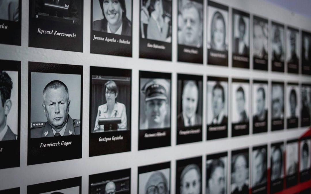 Złożenie kwiatów pod tablicą upamiętniającą ofiary katastrofy smoleńskiej.
