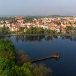 zdjęcie przedstawia kętrzyńskie jeziorko i zabudowania wokól niego. Zdjęcie zrobione z góry