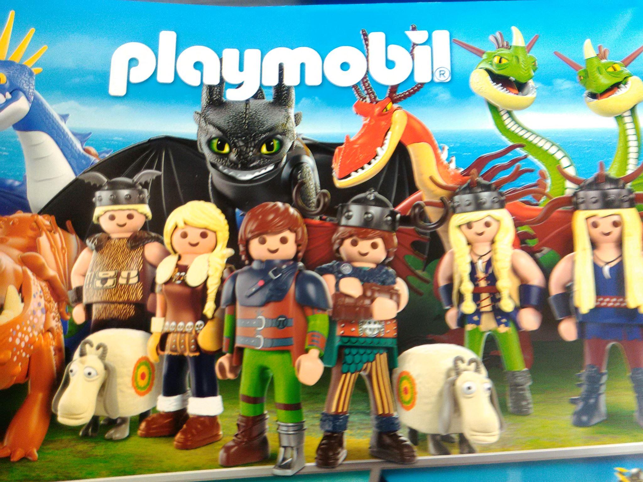 Obrazek przedstawia zabawkowe, różnokolorowe ludziki oraz czerwono- żółtego smoka z czarnym stworem