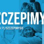 Grafika przedstawia zdjęcia rodzin, radosnych ludzi na niebieskim tle. Na grafice umieszczono komunikat o treści: Szczepimy się www.gov.pl/szczepimysie