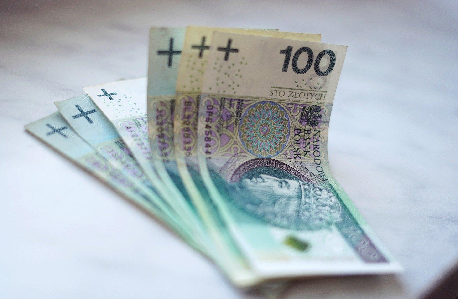 na zdjęciu znajduje się plik banknotów stuzłotowych