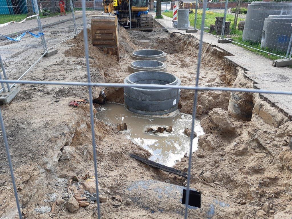 zdjecie przeddatawia roboty kanalizacyjne. Rozkopana ziemia i woda